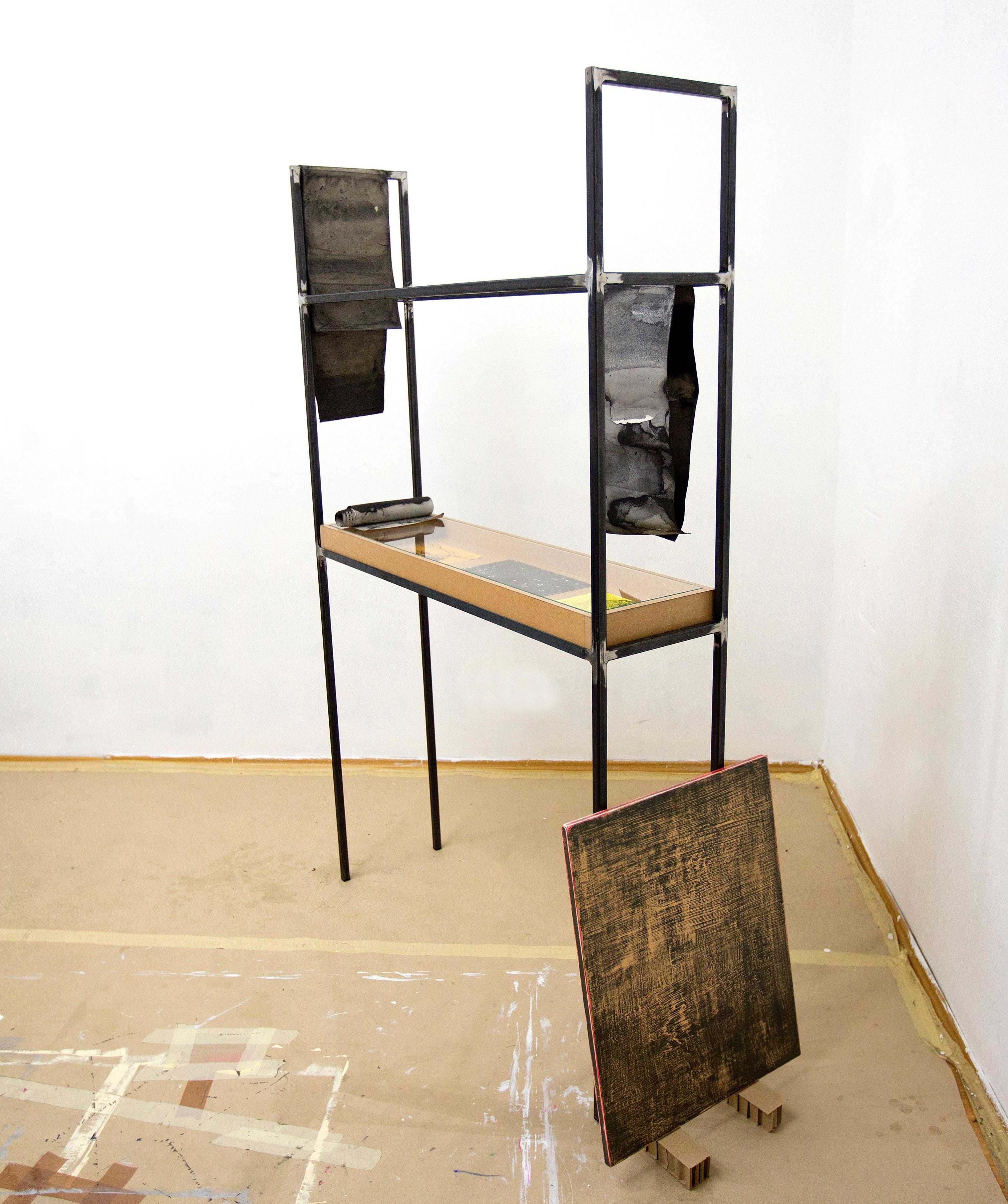 """""""deep hidden in the windy sand"""" Aquarell, Kohle, Bleistift und Acryl auf Papier, Acryl auf MDF, Stahl, MDF und Glas 180 x 110 x 50 cm (Foto Jasha Greenberg)"""