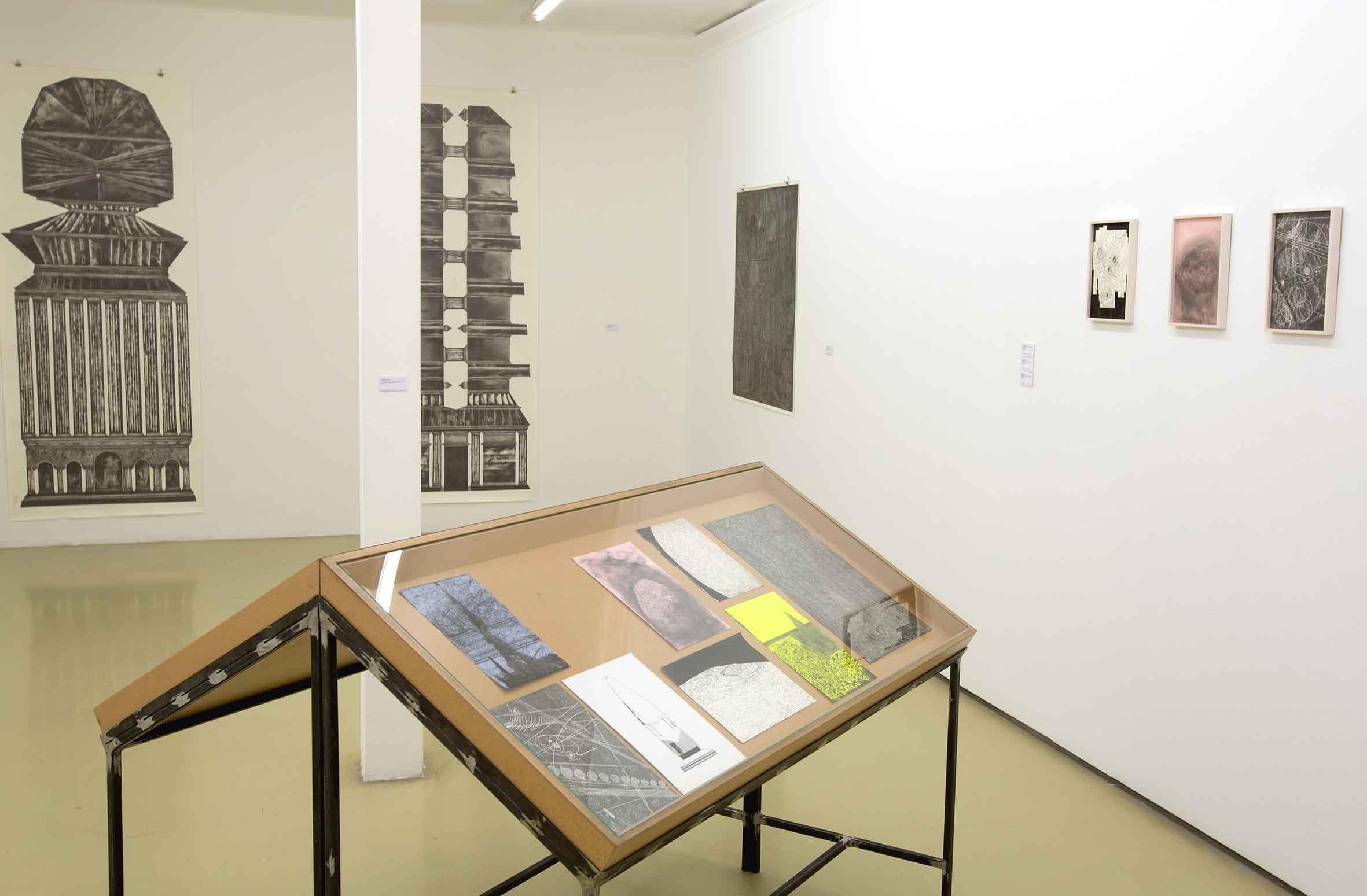 """Ausstellungsansicht """"AIR 2018"""", Krinzinger Projekte Wien, 2019 """"in a dream of suns and moons"""", mixed media auf Papier, Stahl, MDF und Glas, 110 x 150 x 11 cm (Foto: Krinzinger Projekte / Jasha Greenberg)"""